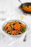 Marokkaanse bulgur, quinoa, kikkererwten en geroosterde wortels foto