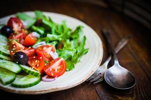 groentesalade op houten achtergrond foto