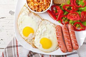 Engels ontbijt - worstjes, eieren, bonen en salade