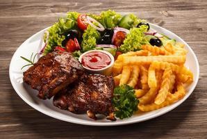 gegrilde ribben, frites en groenten