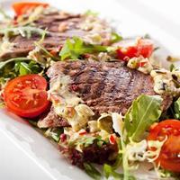 Salade met rundertong foto