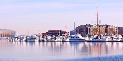 winterlandschap van de binnenhaven van Baltimore. foto