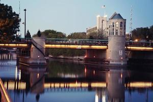 brug over de rivier van millwaukee foto
