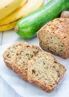 brood van zelfgemaakte bananen courgette brood met walnoten foto