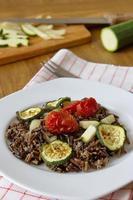 zwarte rijst met courgette, tomaten en paprika