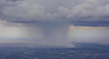 dramatische regenstorm over albuquerque luchthaven foto