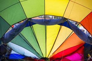 hete luchtballon die voorbereidingen treft om te vliegen foto