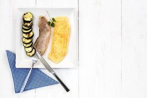 combinatie bordje biefstuk met omelet en groenten