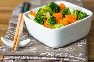 kommen met verschillende groenten foto