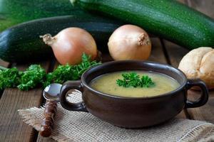 verse courgettesoep met uien en peterselie