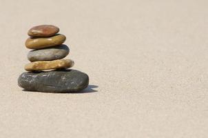 zen stapel rotsen dichtbij oceaan foto
