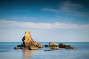 rotsen in de zee foto