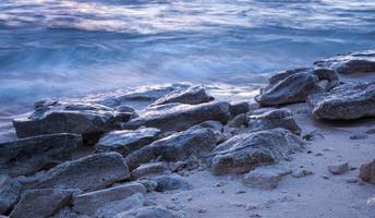 rotsen bij de oceaan