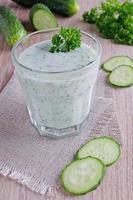 drinken uit komkommer foto