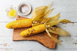 gekookte maïskolf met zout foto