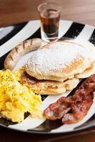 ontbijtmenu pannenkoeken siroop omelet spek en worst