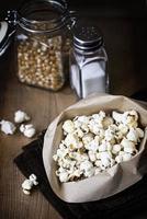 snacks: zelfgemaakte popcorn.
