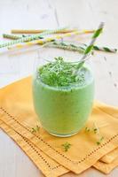gruener smoothie mit krautern foto