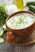zomersoep met komkommer, yoghurt en verse kruiden foto