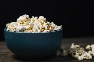 popcorn in een kom op houten tafel