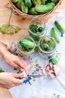 komkommers met groenten en kruiden in het huis foto