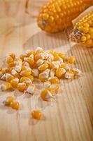 maïs en korenaar op houten tafel foto