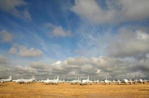 een luchthaven met veel witte vliegtuigen naast elkaar geparkeerd foto