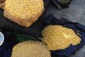 zakken gedroogde maïs tentoongesteld foto