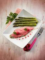 tongvis met frambozenroom en asperges foto