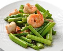 Thais eten, asperges roergebakken met garnalen foto