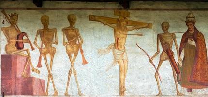 fresco macabere dans - pinzolo trento italië foto