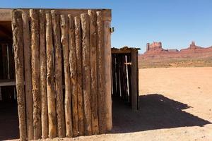 ruw gesneden houten hut