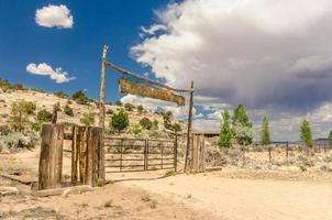 ranch ingang met naderende onweerswolken foto