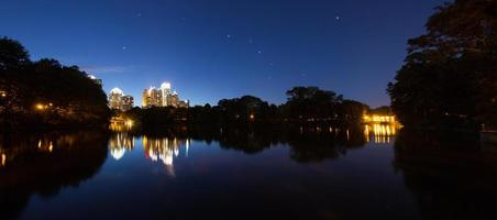 skycrapper in het centrum van atlanta met reflectie met sterren