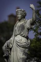 standbeeld van vrouw met opgeheven arm foto