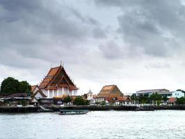 tempel kant rivier. foto
