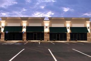 uitzicht over commerciële ruimte met meerdere parkeerplaatsen foto