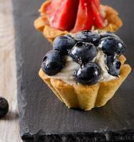 zoete taart met verse aardbeien. foto