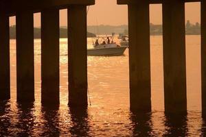 vissen bij zonsopgang