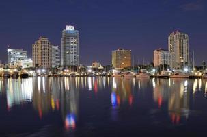 een skyline van Sint-petersburg in florida 's nachts foto
