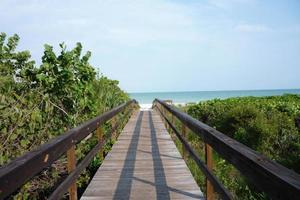 loopbrug naar het strand