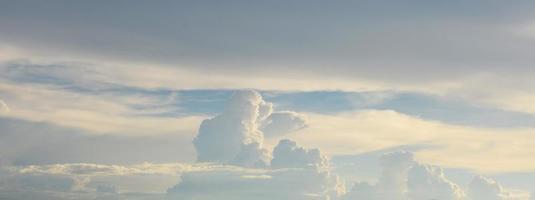 blauwe hemel achtergronden foto