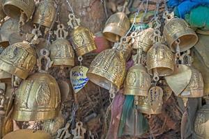 kleine Thaise stijl bel in de tempel foto