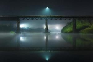 weerspiegeling van de brug 's nachts foto