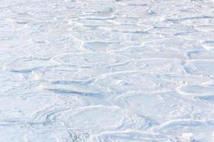 bevroren rivier in de winter foto