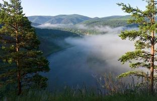 mist over de rivier foto