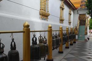Buddist klokken allemaal op een rij foto