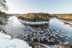 bevroren rivier in de winter