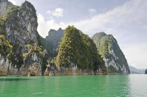prachtige hoge bergen en groene rivier (guilin van thailand).