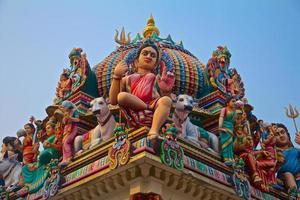hindoegoden op het dak van een tempel foto